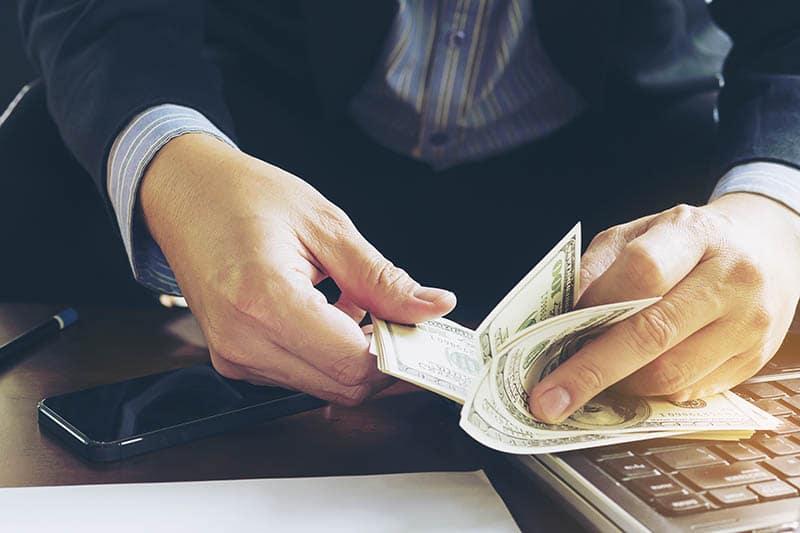 افراد ثروتمند می دانند که باید سرمایه گذاری کنند ولی افراد معمولی پس انداز را ترجیح می دهند
